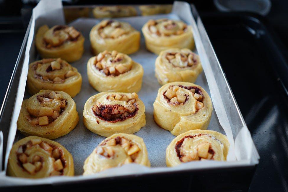 rulouri pufoase cu mere si scortisoara reteta rulourile in tava