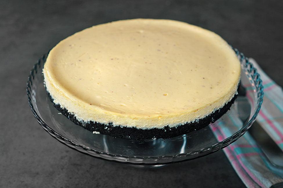 cheesecake clasic cu oreo scos din forma