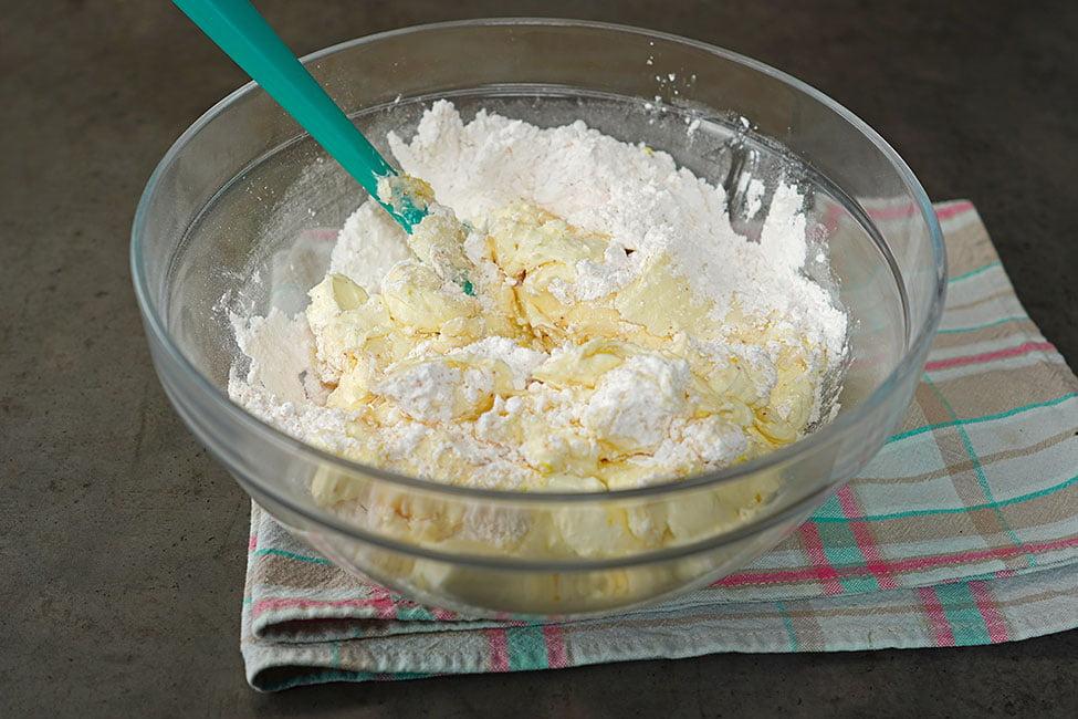 crema de branza amestecata cu zahar pudra si vanilie