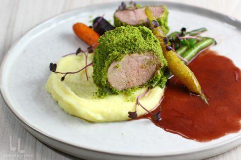 Mușchiuleț de porc în crustă de verdețuri – rețetă video
