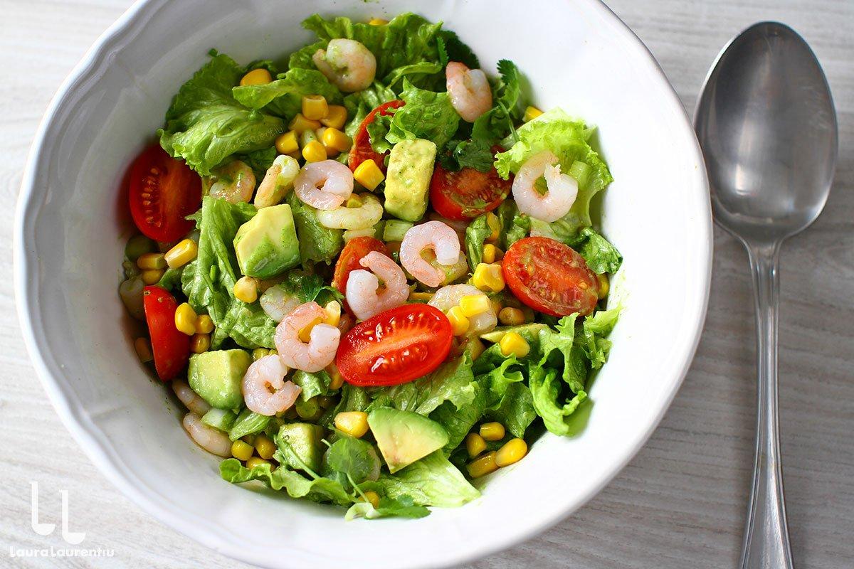 Salată de creveți cu avocado și porumb - rețetă rapidă și delicioasă