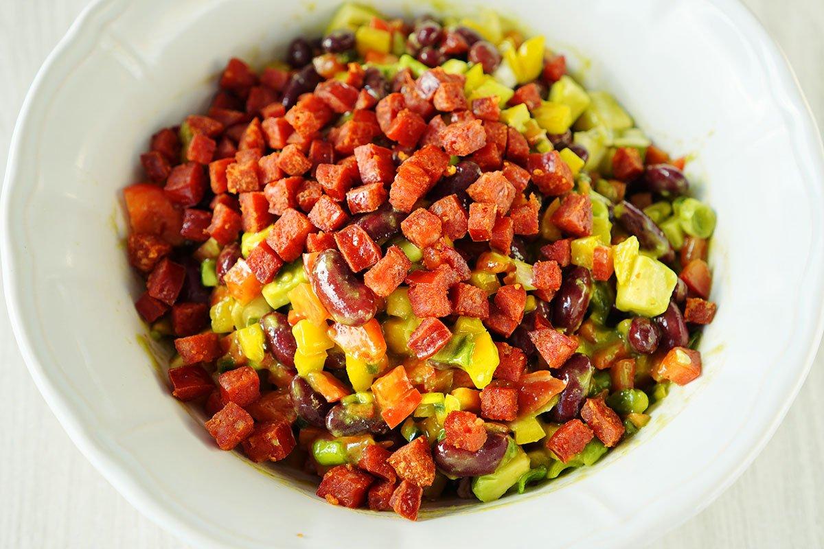 salata de fasole rosie cu avocado si chorizo cu dressing