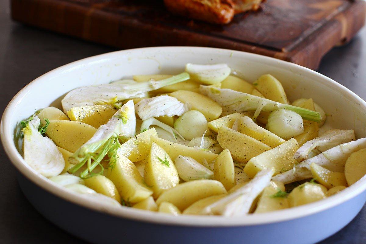 ceapa cartofi si fenicul in tava