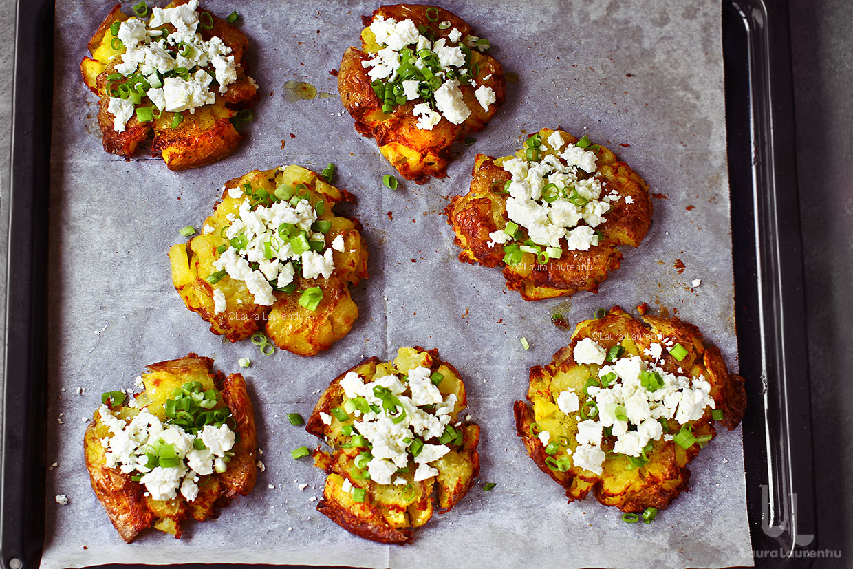 Cartofi zdrobiți la cuptor, cu ceapă verde și brânză, rețetă video