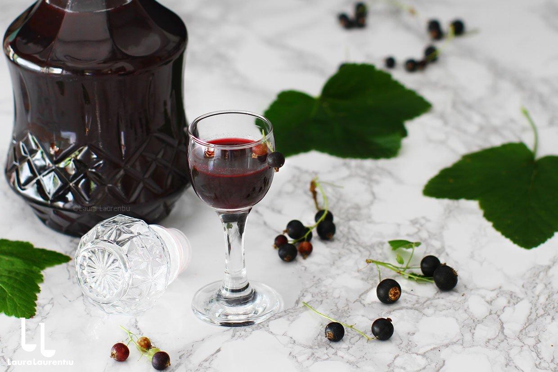 Lichior de coacăze negre făcut în casă, rețetă simplă și naturală