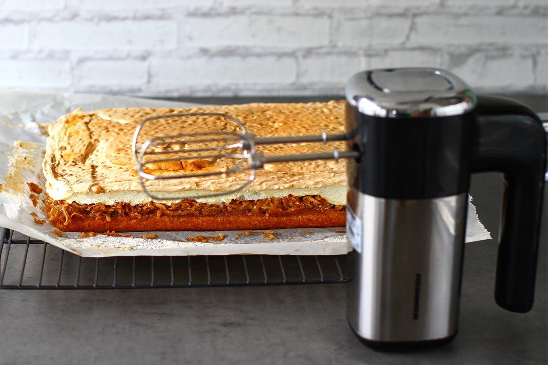 mixer heinner in fata prajiturii coapte
