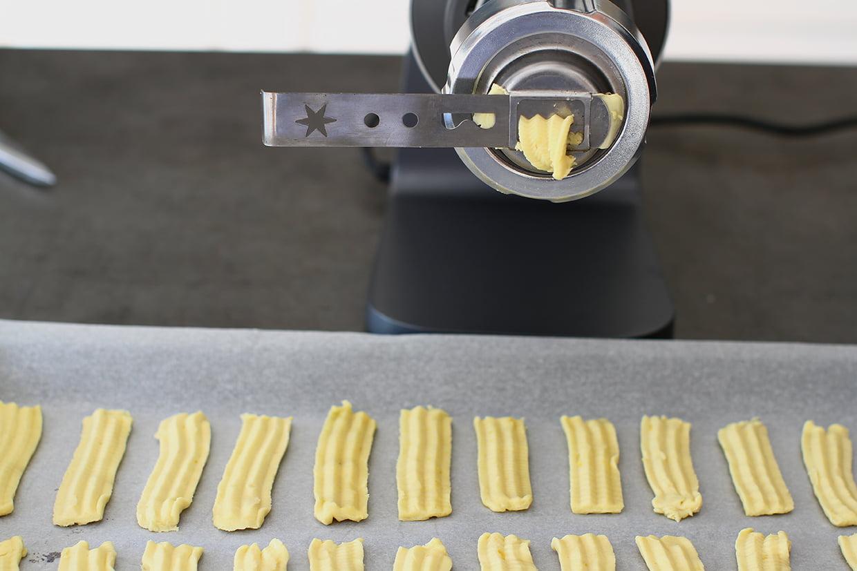 formarea biscuitilor cu forma si masina de tocat