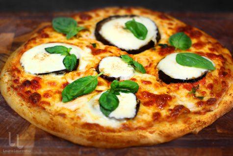 pizza cu vinete și mozzarella